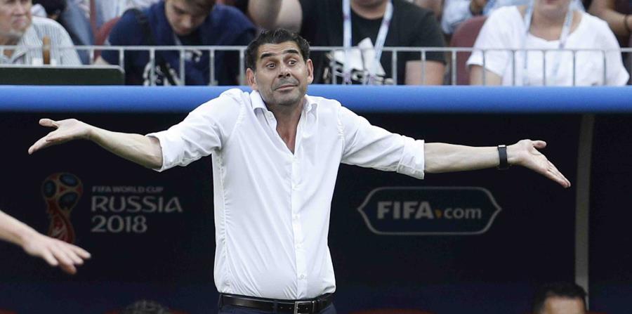 El seleccionador español Fernando Hierro reacciona durante el partido de octavos de final de la Copa del Mundo ante Rusia, el domingo 1 de julio de 2018, en Moscú. (AP) (horizontal-x3)