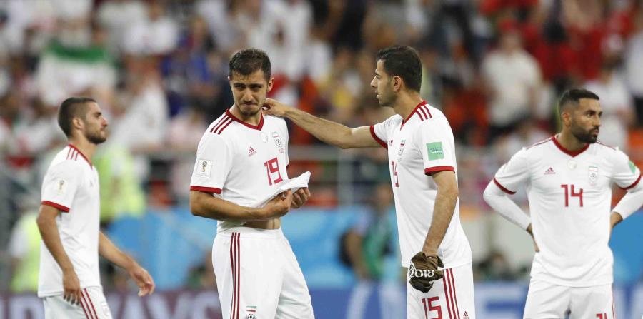 Un jugador iraní llora luego de que el equipo quedara descalificado del Mundial de Futbol. (AP) (horizontal-x3)