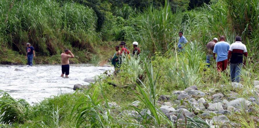 Un grupo de personas realiza una búsqueda en el área de Toro Negro. (GFR Media) (horizontal-x3)