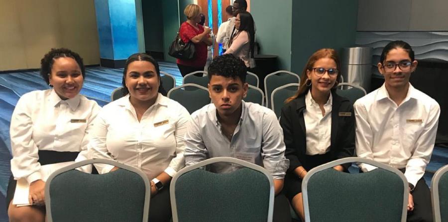 De izquierda a derecha, los estudiantes Yalishka Rivera, Kariangelys Mojica, Edwin Carrillo, Shakyanie Cabrera y Orlando Lanzot. (Suministrada) (horizontal-x3)