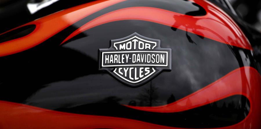 La insignia de Harley-Davidson en el tanque de combustible en una motocicleta en Glenview, Illinois. (horizontal-x3)
