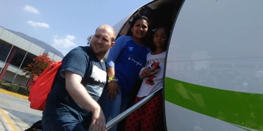 En esta imagen provista por la familia Holt, Joshua Holt, su esposa Thamara y la hija de ésta, Marian Leal, abordan un avión en el aeropuerto de Caracas (horizontal-x3)