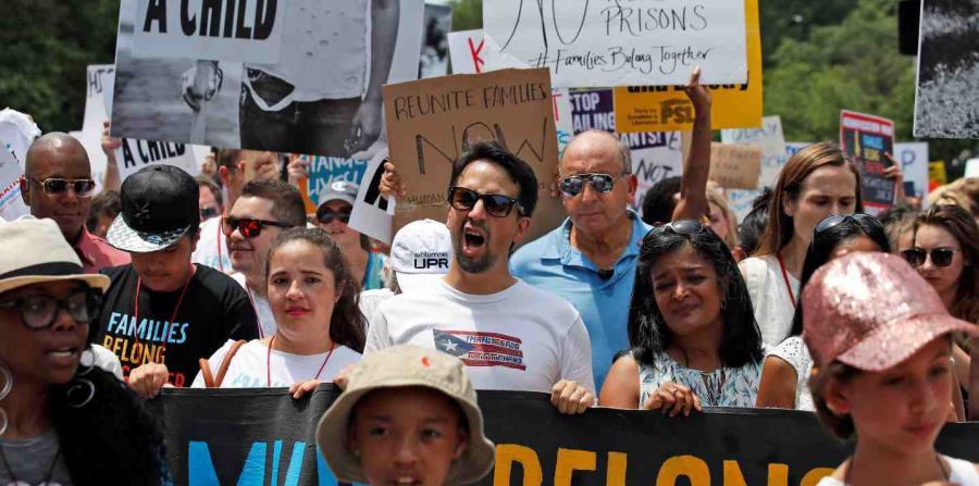 Lin-Manuel Miranda (al centro) junto a los manifestantes. (horizontal-x3)