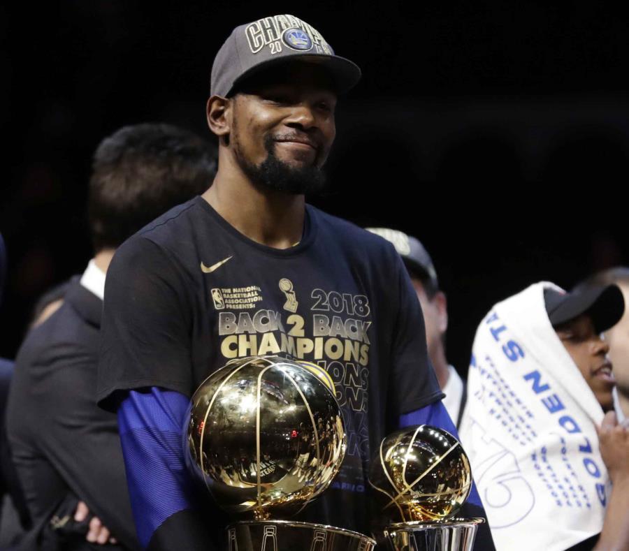Kevin Durant carga con los trofeos de campeonato de la NBA y del JMV de la final. (AP) (semisquare-x3)