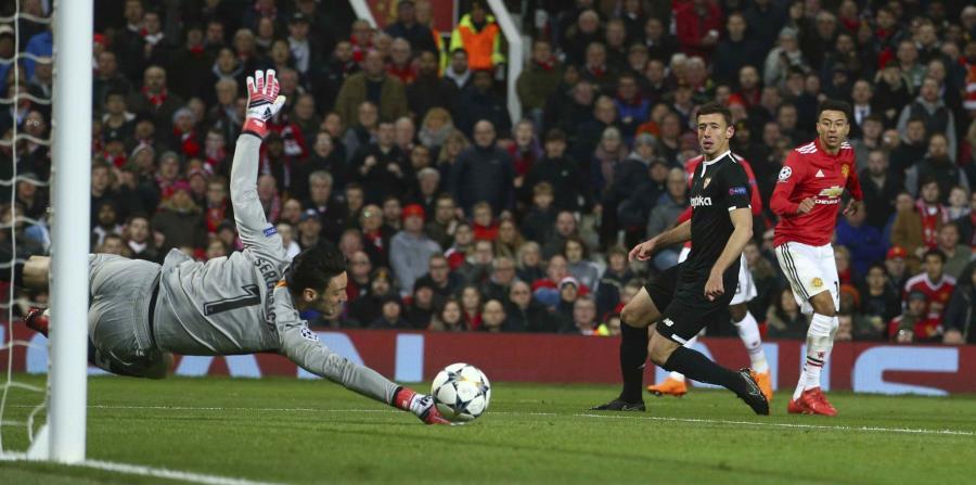 El portero del Sevilla Sergio Rico detiene el balón durante el partido. (AP) (horizontal-x3)