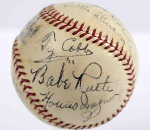 Una pelota firmada por Babe Ruth y Cy Young es subastada por más de medio millón de dólares
