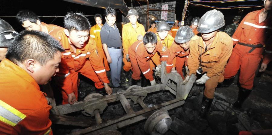 Varios miembros de los servicios de rescate trabajan en una mina de carbón inundada en el condado de Pingtang. (EFE) (horizontal-x3)