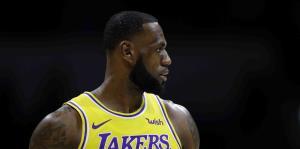 LeBron James luce con el uniforme de los Lakers