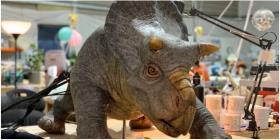 Presentan a un animatrónico bebé dinosaurio