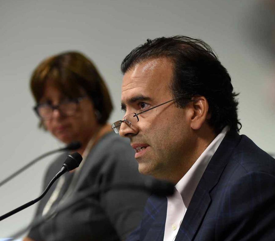 El presidente de la Junta, José Carrión, y al fondo, la directora ejecutiva del ente fiscal, Natalie Jaresko.  (GFR Media) (semisquare-x3)