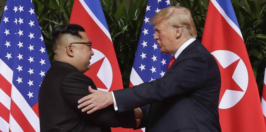 El presidente de los Estados Unidos, Donald Trump, y el presidente de Corea del Norte, Kim Jong-Un, se dan las manos durante su primer encuentro en Singapur. (AP) (horizontal-x3)