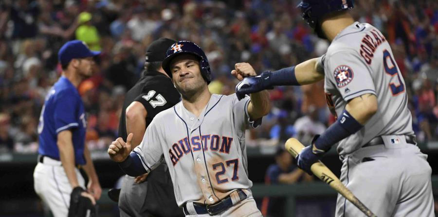 José Altuve es felicitado por su compañero Marwin González durante un partido en Texas. (horizontal-x3)