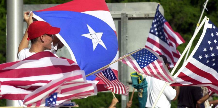 Banderas de Estados Unidos y Puerto Rico. (horizontal-x3)