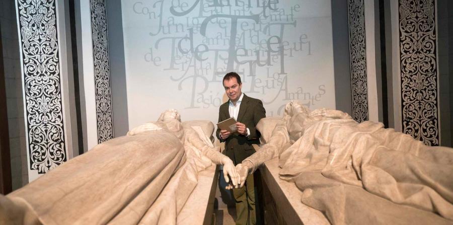 El escritor Javier Sierra en el mausoleo de los amantes de Teruel. (EFE/Antonio Garcia)