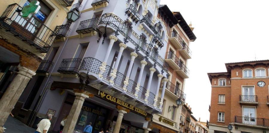Conocida por el arte mudéjar de sus torres y por sus famosos Amantes, una plaza típica de Teruel con casas modernistas. (EFE/Antonio García)