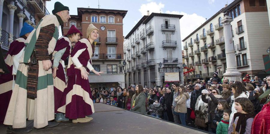 """Una de las representaciones teatrales en la calle durante la celebración medieval de """"Las Bodas de Isabel"""" . (EFE/Antonio García)"""