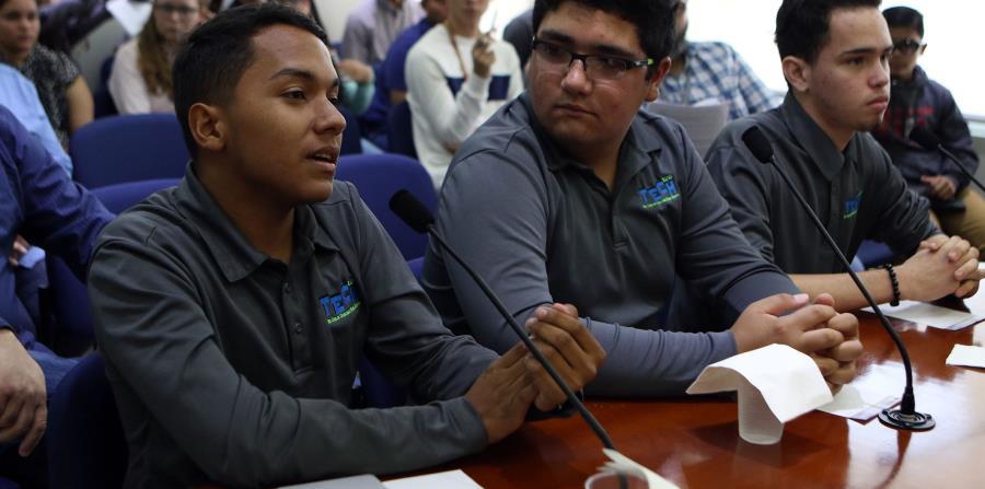 Los estudiantes explicando su proyecto durante una vista pública celebrada ayer.