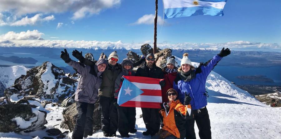 Grupo de puertorriqueños que llegó hasta el volcan Osorno, ubicado en la cordillera de los Andes, al borde del lago Llanquihue, en Chile. Es conocido mundialmente por los paisajes que otorga al ser la puerta de entrada a la Patagonia chilena.  (Suministra