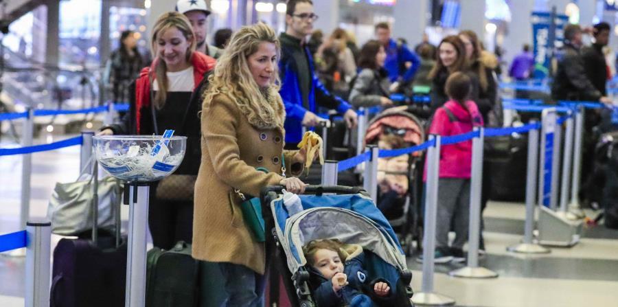 Varias personas cogen sus vuelos en el aeropuerto Internacional de O'Hare de Chicago, Illinois, Estados Unidos, en 2016. (EFE) (horizontal-x3)