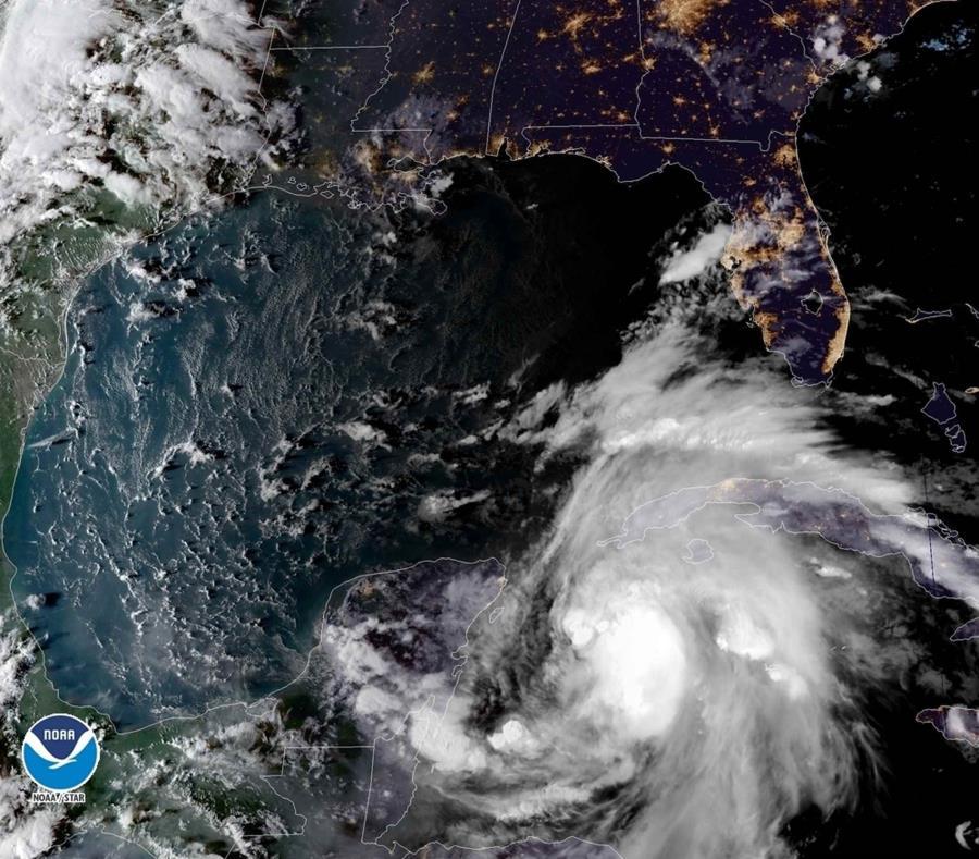 Esta imagen satelital cortesía de la Oficina Nacional de Administración Oceánica y Atmosférica se muestra la tormenta tropical Michael en su paso hacia Florida. (AP) (semisquare-x3)