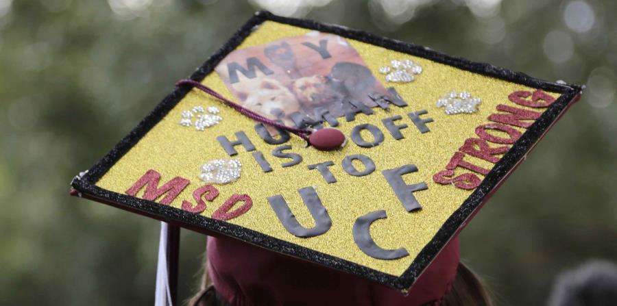 La estudiante Shannon Recor es captada mientras abandonaba la graduación. (AP) (horizontal-x3)