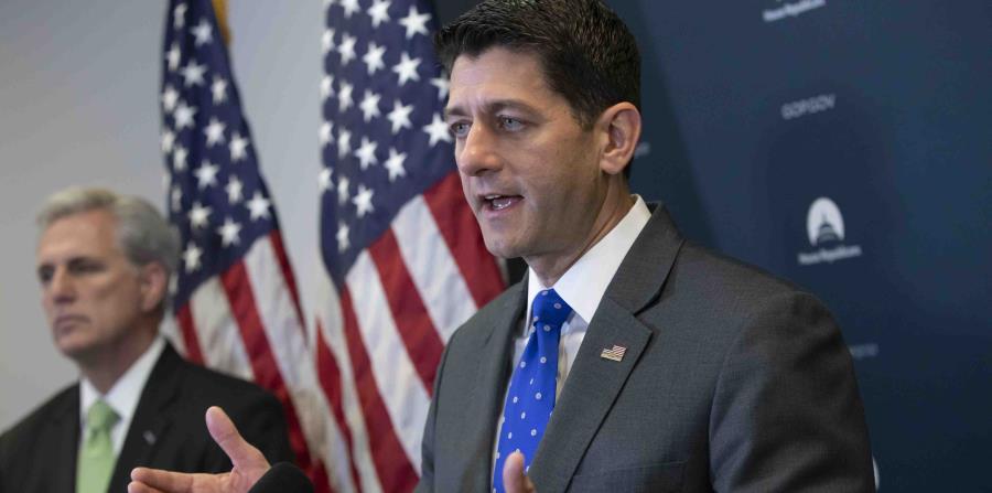 El titular de la Cámara de Represdentantes, Paul Ryan, hablando con reporteros en el Capitolio en Washington. (horizontal-x3)