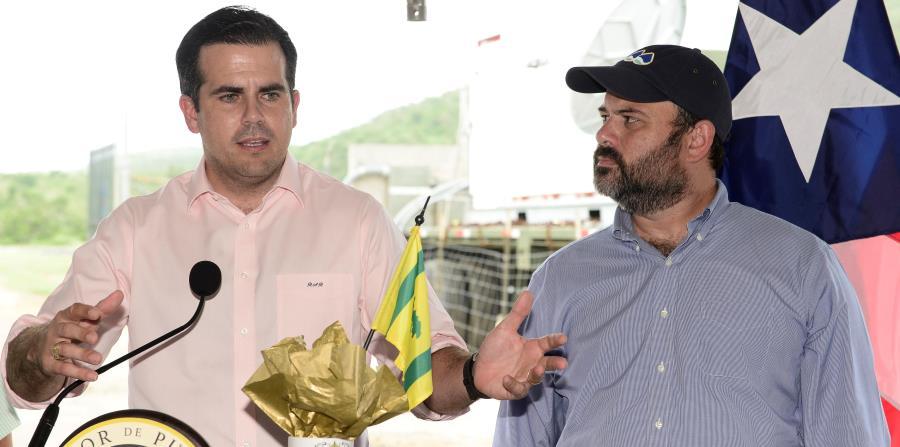 Durante una visita a Culebra, el gobernador Ricardo Rosselló (izq.) insistió en su rechazo a que se impongan nuevas contribuciones sobre la isla sin que antes se resuelva el problema de status. (horizontal-x3)