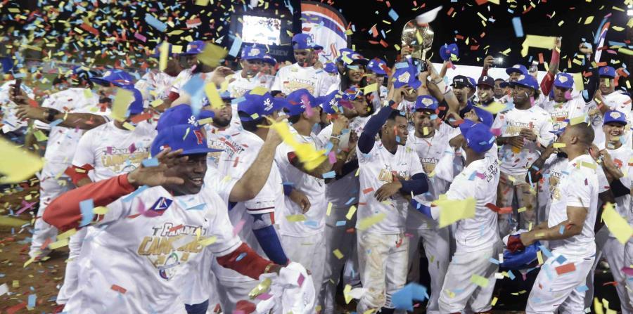 Los jugadores de los Toros de Herrera celebran luego de conquistar el cetro de la Serie del Caribe. (AP / Arnulfo Franco) (horizontal-x3)