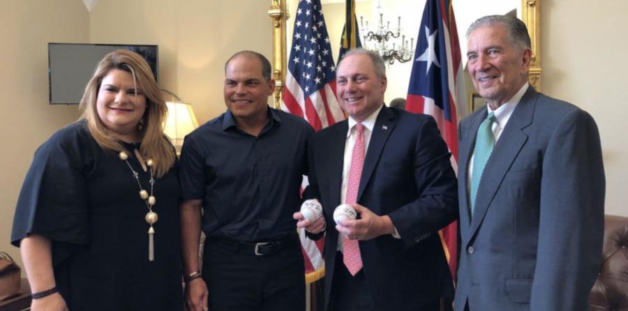 Jenniffer González, Iván Rodríguez y el exgobernador Pedro Rosselló posan junto al