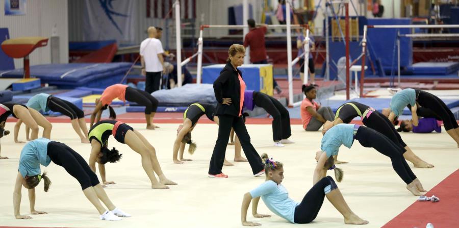 En esta foto del 12 de septiembre de 2015, Martha Karolyi, coordinadora de USA Gymnastics, observa entrenamientos de niñas en el Rancho Karolyi en Huntsville, Texas. (horizontal-x3)