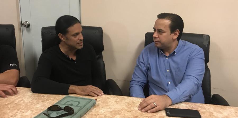 El secretario de la Gobernación, William Villafañe (der.) conversa con el alcalde de Adjuntas, Jaime Barlucea. (Twitter.com / William Villafañe) (horizontal-x3)