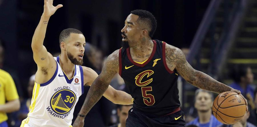 JR Smith maneja el balón contra Stephen Curry durante la acción del primer partido de la final de la NBA. (AP) (horizontal-x3)