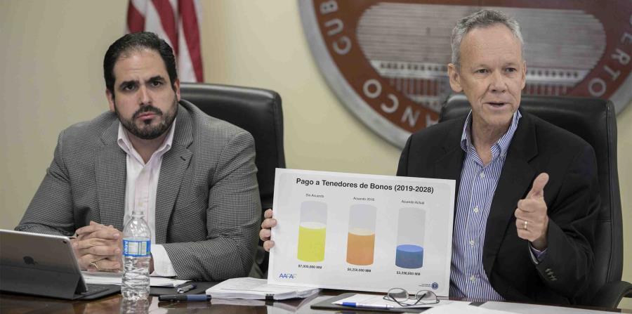 El director ejecutivo de la AEE, José Ortiz (izq.), reconoció que tan pronto como en julio subirá un centavo el kilovatio hora la tarifa de la AEE. (Suministrada) (horizontal-x3)
