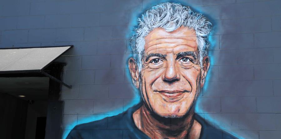 Vista de un mural recién pintado en memoria de la celebridad gastronómica Anthony Bourdain en una pared del restaurante Gramercy, en Santa Mónica, California (horizontal-x3)