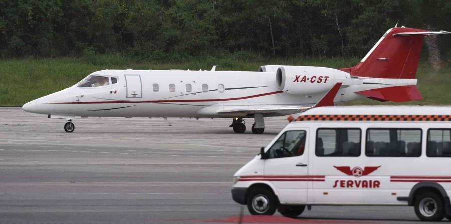 En la foto se muestra el avión que transportó a David Ortiz desde la República Dominicana hasta Boston. (AP / Juan Miguel Pena) (horizontal-x3)