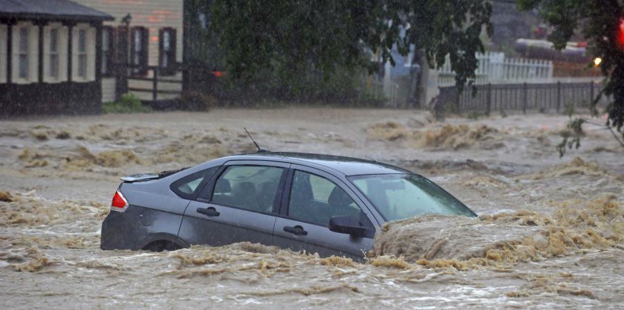 Un automóvil estacionado se inundó en un lugar cerca de Main Street y Ellicott Mills Road cuando una fuerte tormenta provocó inundaciones repentinas en Ellicott City, Maryland. (Kenneth K. Lam / The Baltimore Sun / AP) (horizontal-x3)