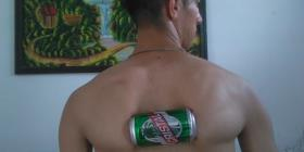 Un cubano quiere anotarse un récord Guinness aplastando latas con los omóplatos