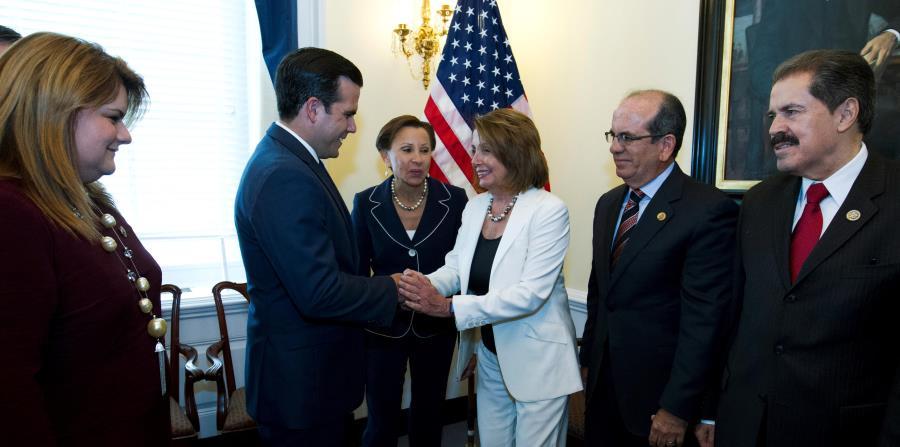 El gobernador Ricardo Rosselló, la comisionada Jenniffer González y el exgobernante Aníbal Acevedo Vilá se reunieron con la líder demócrata de la Cámara federal  Nancy Pelosi, entre otros congresistas. (horizontal-x3)