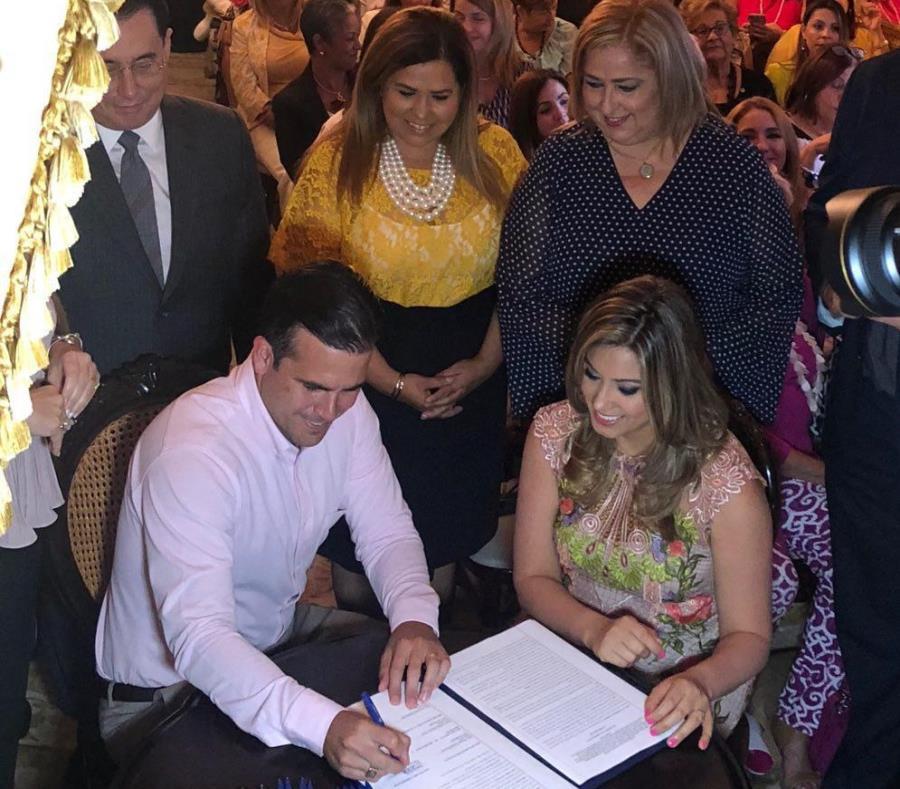 Ricardo Rosselló firma el acuerdo de  Justicia Activa. (semisquare-x3)