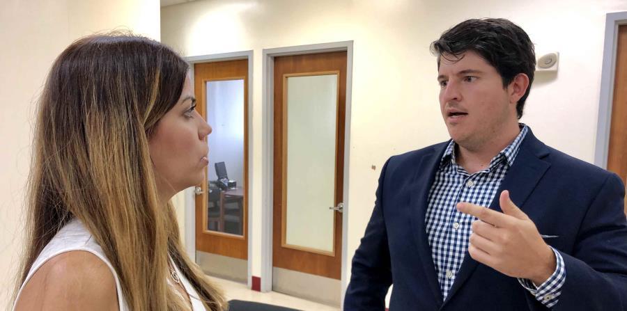 """La secretaria del DRD, Adriana Sánchez Parés, conversa con el nuevo director de la NADO, el licenciado Enrique """"Kiko"""" Mendoza. (Suministrada) (horizontal-x3)"""