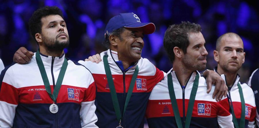 Sebastien Grosjean asumirá el puesto de Yannick Noah (centro) después que Amelie Mauresmo anunciara su salida para asumir su nuevo rol como entrenadora del tenista francés Lucas Pouille. (AP / Thibault Camus) (horizontal-x3)