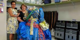 Dos profesoras confeccionan un traje de bailadora de bomba con desechos que quedaron tras María