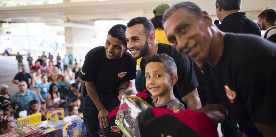 Christopher 'Pitufo' Díaz compartió con su gente barranquiteña durante una actividad en la que la OMB donó suministros de emergencia para los damnificados por el huracán María. (horizontal-x3)