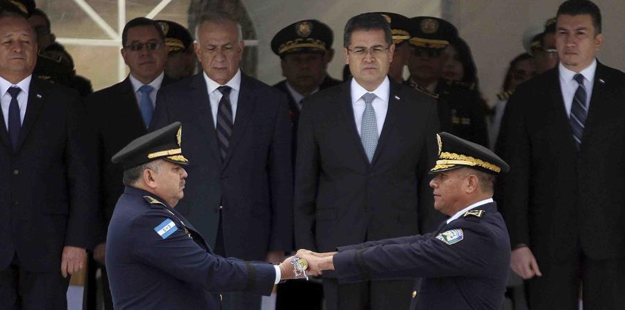 el presidente de Honduras, Juan Orlando Hernández (segundo por la derecha en la fila de atrás), durante la ceremonia de cambio de mando entre el nuevo jefe de la policía nacional, José David Aguilar Morán (izquierda), y su antecesor, el general Félix Vill (horizontal-x3)