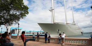 Millonario yate visita la isla