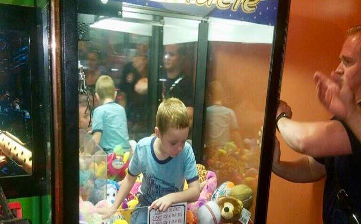 Niño queda atrapado en máquina de saca peluches