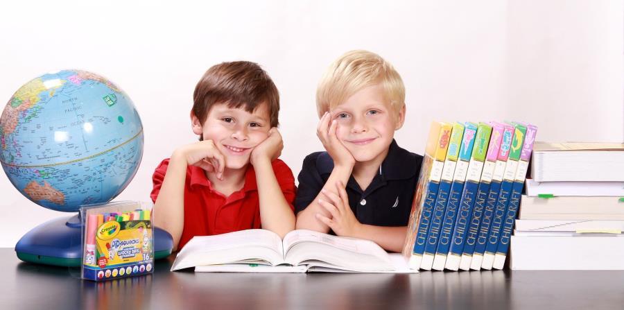 Niños con libros (horizontal-x3)