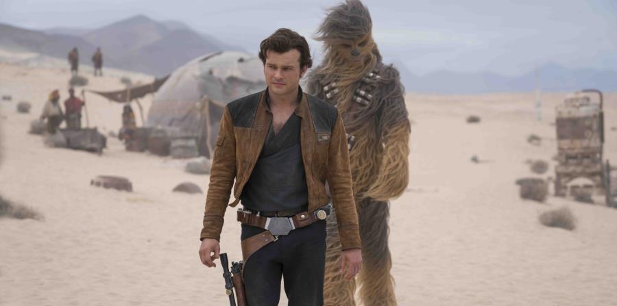 En esta imagen difundida por Lucasfilm, se muestra a Alden Ehrenreich como Han Solo y Joonas Suotamo como Chewbacca en una escena (horizontal-x3)