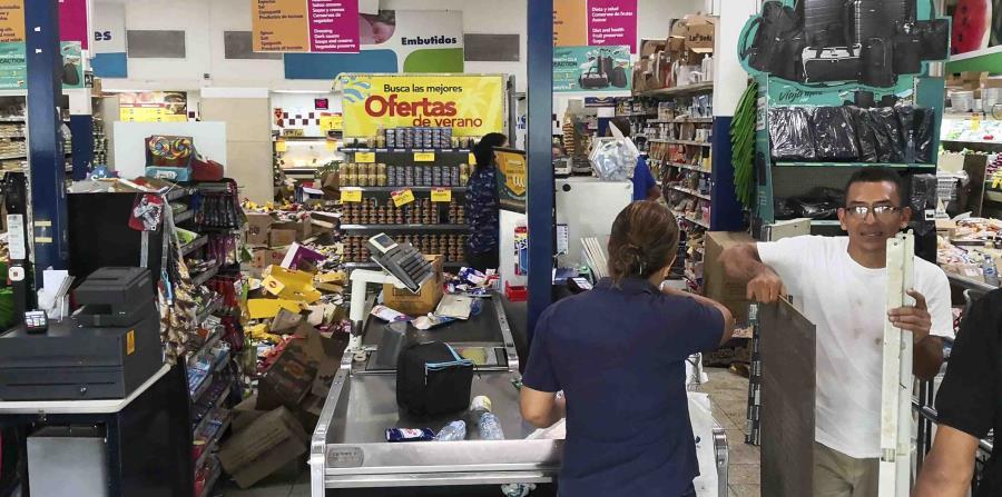 Algunos artículos de supermercado quedan tendidos en el suelo después de que se registrara un sismo en Puerto Armuelles, Panamá, el domingo 12 de mayo de 2019. (AP) (horizontal-x3)