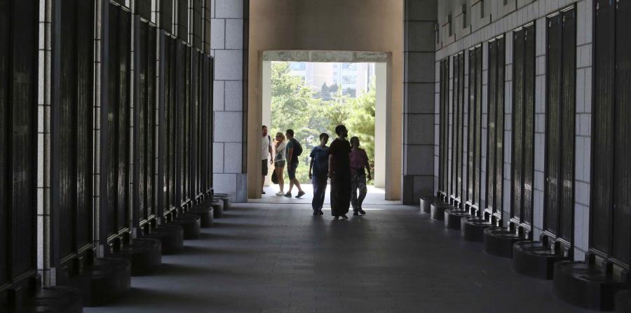 Visitantes miran los nombres de soldados estadounidenses caídos durante la Guerra de Corea en un museo en Seúl, Corea del Sur, el domingo 15 de julio de 2018. (AP (horizontal-x3)